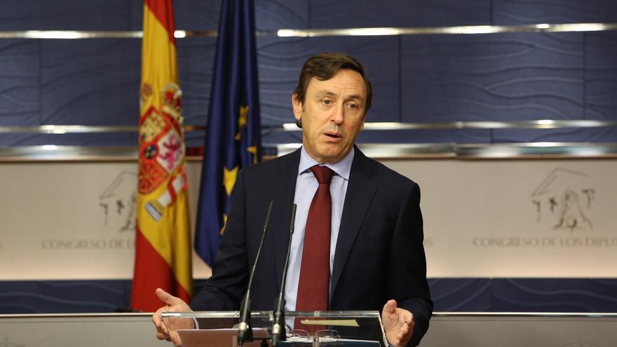 """El PP pide a Puigdemont aceptar el diálogo de Rajoy y no seguir """"arrastrándose de rodillas"""" ante la CUP"""
