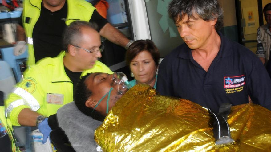 Un hombre es atendido tras el hundimiento de una barcaza en la costa de Lampedusa en la que murieron al menos 110 personas y desaparecieron más de 200 el 3 de octubre de 2011/ Fotografía: Alessandro Fucarini (AP)