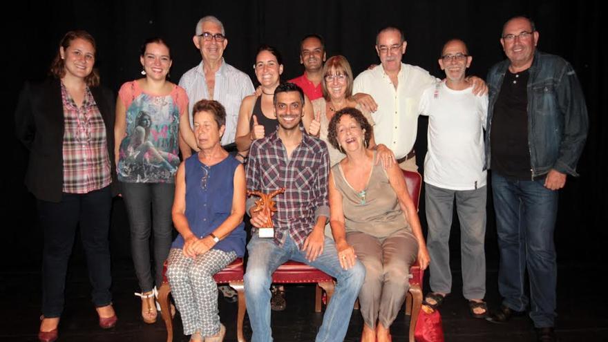 En la imagen, actores de la Escuela Municipal de Teatro Pilar Rey con su director, Carlos de León (centro).
