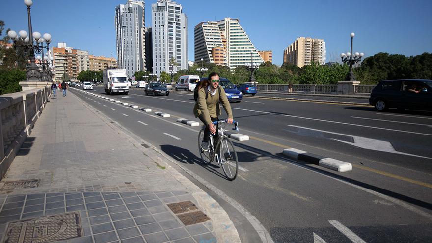 Un ciclista circula por el anillo ciclista de Valencia