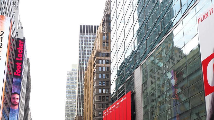 Los viandantes se detienen en Times Square