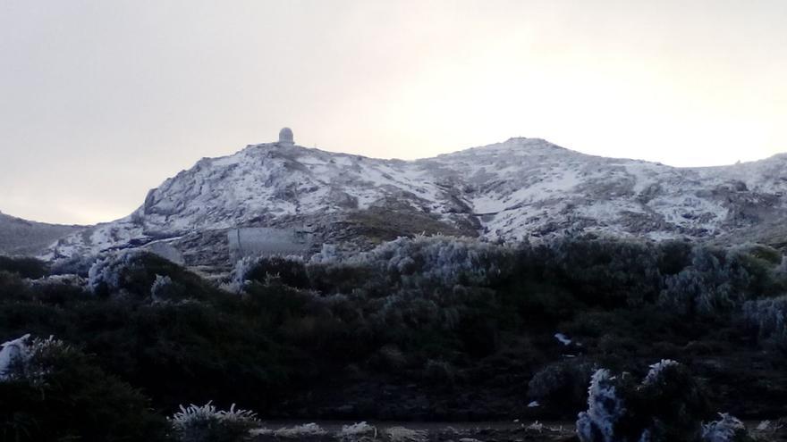 Imagen del entorno del Observatorio Astrofísico del Roque de Los Muchachos, en la mañana de este miércoles, cubierto de hielo y nieve.