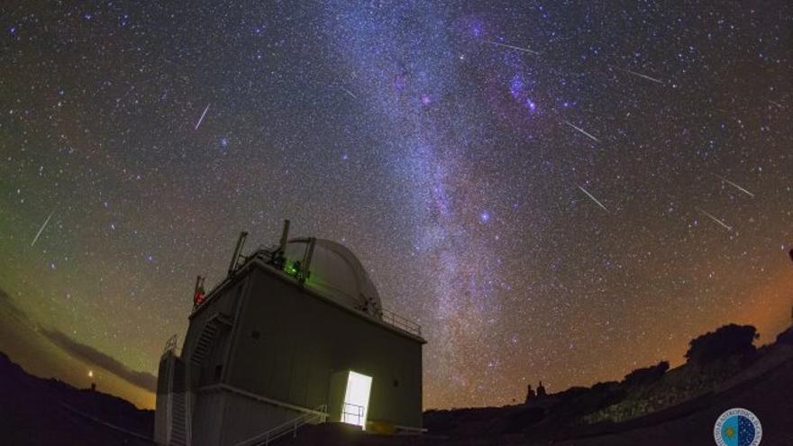 Composición de la lluvia de estrellas fugaces Gemínidas sobre el Observatorio del Roque de Los Muchachos (Villa de Garafía). Esta composición se obtuvo a partir de imágenes tomadas la noche del 14 al 15 de diciembre de 2015. Créditos: J.C. Casado / IAC.