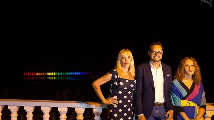 La galerista Topacio Fresh, el consejero Jordi Pérez y la actriz Antonia San Juan, en el acto.
