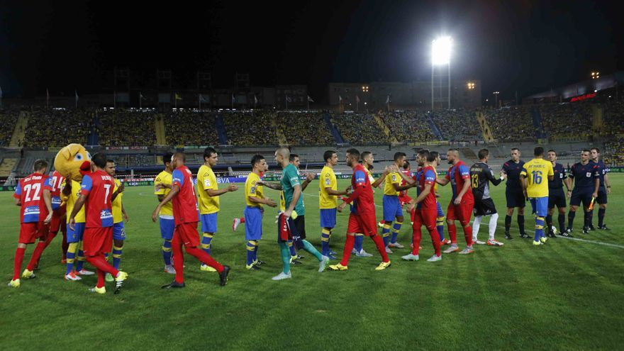 Imagen del inicio del encuentro entre la UD Las Palmas y el Levante en el Estadio de Gran Canaria.