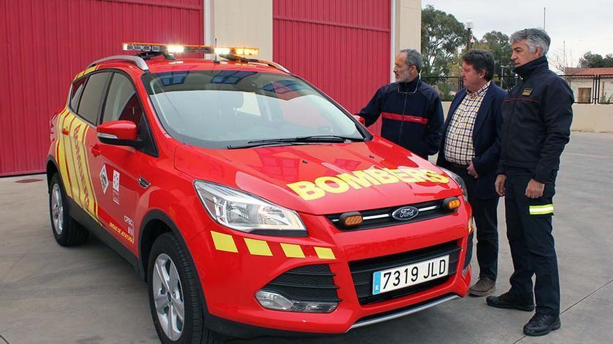 El diputado de bomberos, Luis Rubio, durante la presentación de los nuevos vehículos para los parques