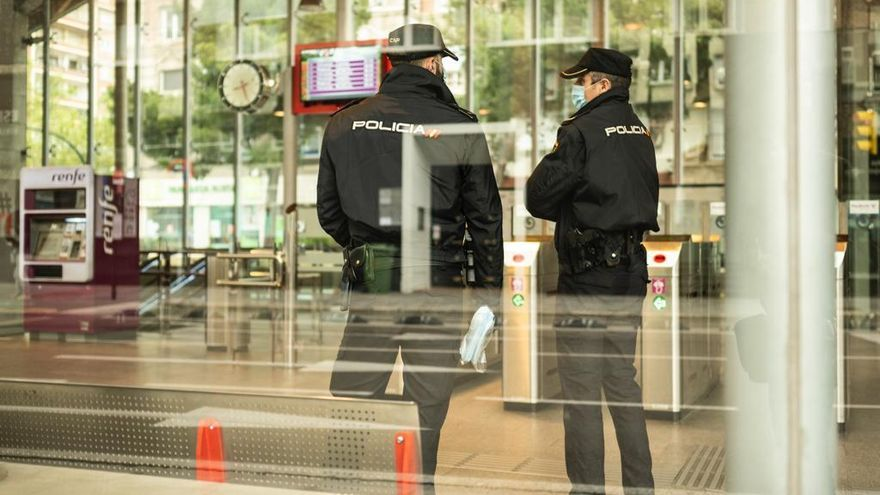 Policías nacionales en la estación de Goya de Zaragoza.