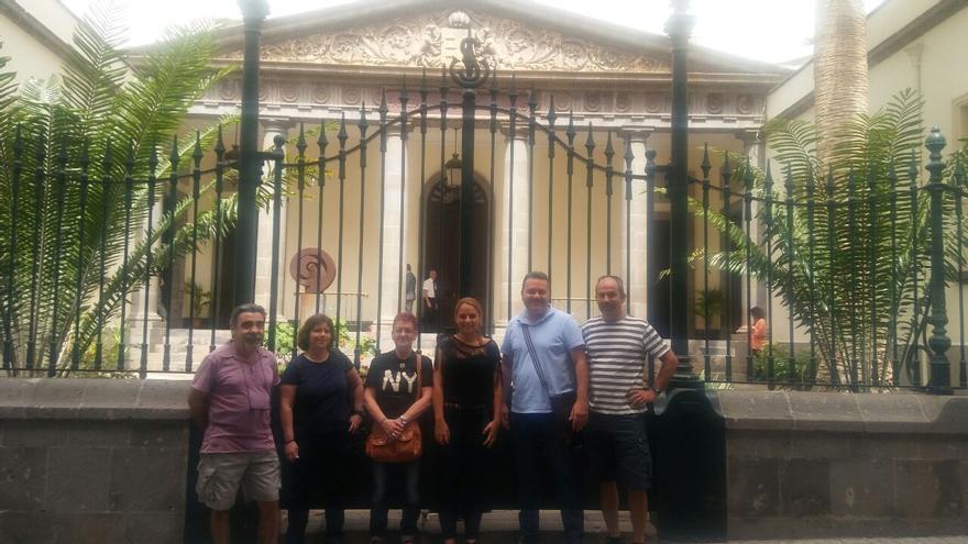 Noemí Santana junto con trabajadores de Correos en la puerta del Parlamento de Canarias