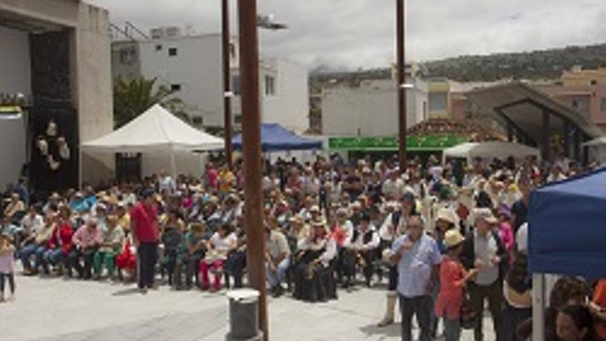 Numerosas personas presenciaron las actuaciones ofrecidas en la plaza de La Laguna de Los Llanos con motivo del Día de Canarias.