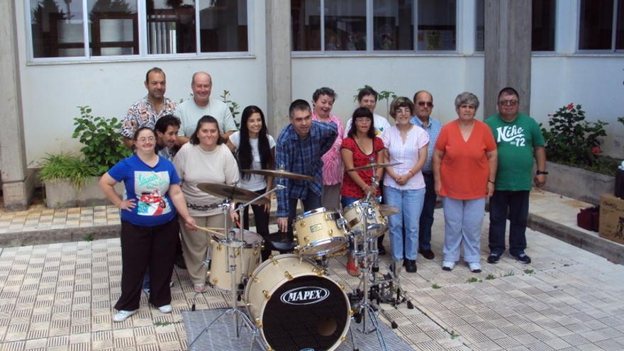 En la imagen, usuarios del Centro Ocupacional Taburiente con la batería.