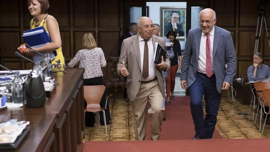 El presidente del Cabildo de Gran Canaria, Antonio Morales (d), charla con el consejero de Transportes y Movilidad, Juan Francisco Trujillo (i), a su llegada al Pleno del Cabildo de Gran Canaria