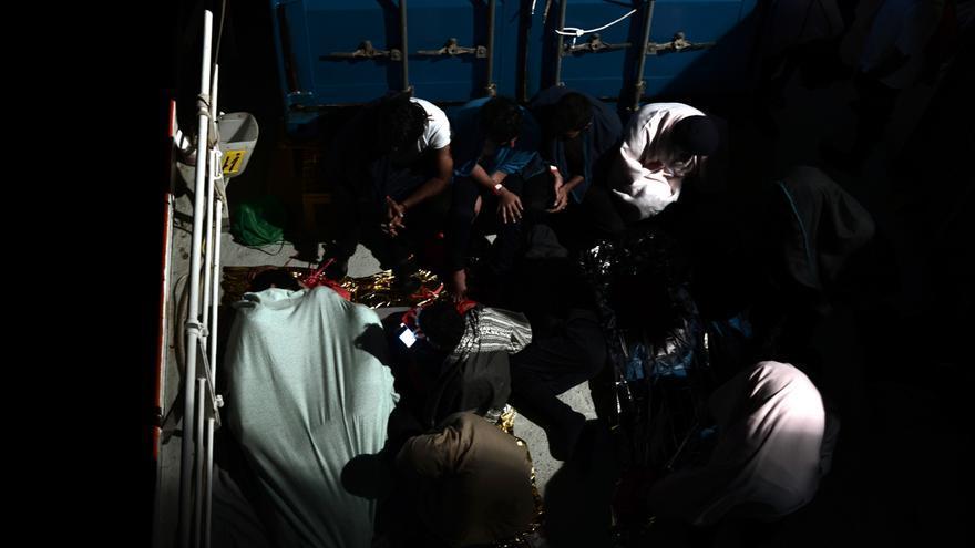 Algunas de las personas rescatadas durante la operación de salvamento que tuvo lugar en la madrugada del pasado domingo. La ONG SOS Méditerranée socorrió a 229 personas, mientras que el resto de migrantes fueron rescatados por la Guardia Costera italiana y barcos mercantes, y después los trasladaron al Aquarius. En total, 629 personas permanecen en el buque operado por SOS Mediterranée y MSF después de que Italia y Malta denegaran el desembarco de la nave en sus puertos. Foto: Karpov / SOS MEDITERRANEE