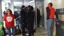 La coordinadora de la vivienda ocupa una oficina de Bankia en Madrid para exigir la renovación de los alquileres sociales