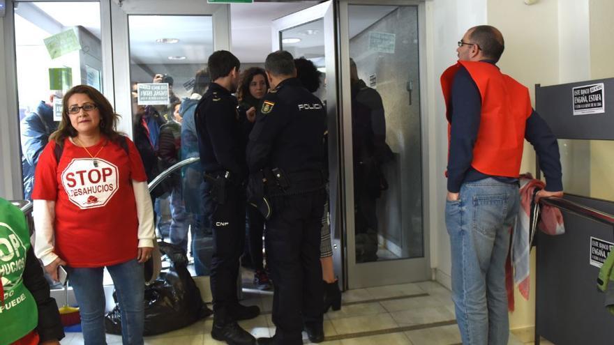 La Coordinadora de Vivienda de Madrid, que agrupa a todas las plataformas de afectados por la hipoteca de Madrid, ocupa una oficina de Bankia.