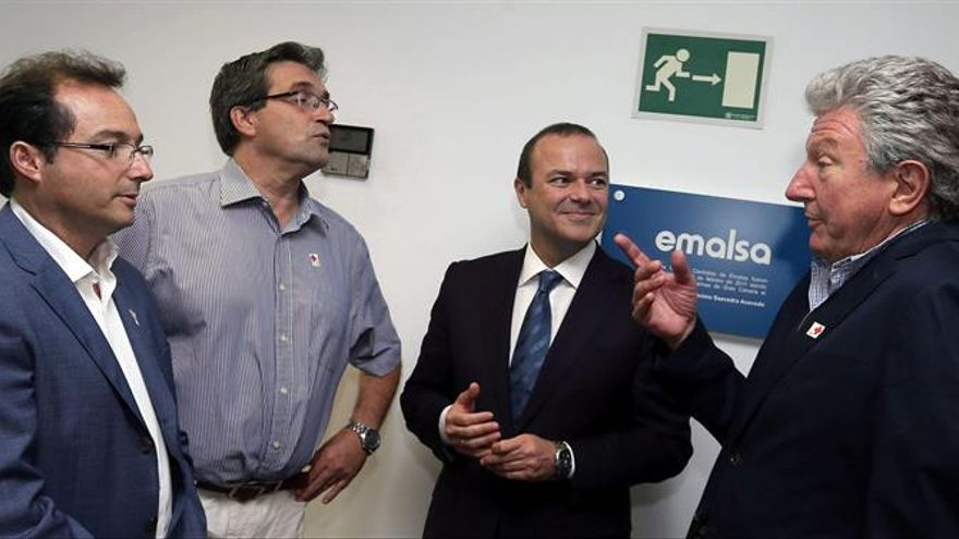 El alcalde de Las Palmas de Gran Canaria, Augusto Hidalgo (2d) y los concejales Pedro Quevedo (d) y Javier Doreste (2i) a su llegada a la sede de la empresa Emalsa para la reunión de su consejo de administración.EFE/Elvira Urquijo A