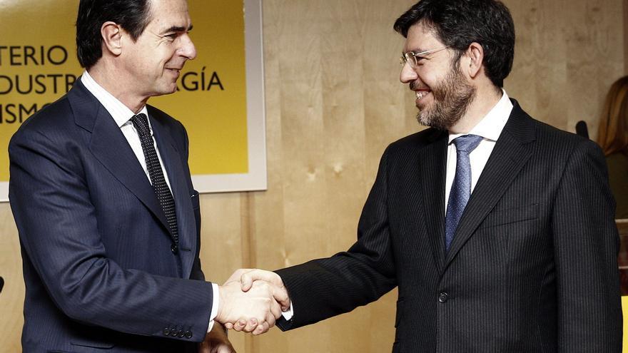 José Manuel Soria saluda al secretario de Estado de Energía, Alberto Nadal, en la toma de posesión de este último en enero de 2013. EFE