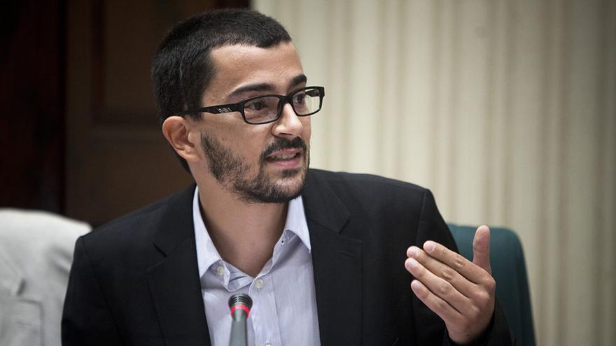 Nicola Tanno, de Stop Bales de Goma, durant una intervenció en el Parlament de Catalunya / EDU BAYER
