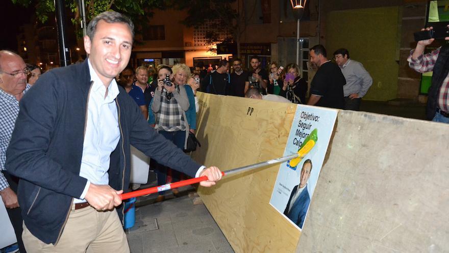 El alcalde de Alicante, el popular César Sánchez, durante la pegada de carteles de las elecciones municipales de 2015