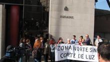 Los vecinos se han manifestado a las puertas de los juzgados de la capital garandina.