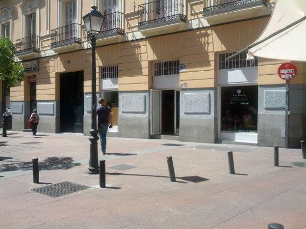 Esquina de Pez con Pozas, donde el Ayuntamiento acaba de embargar la terraza del bar Pez Baker | Foto: Somos Malasaña