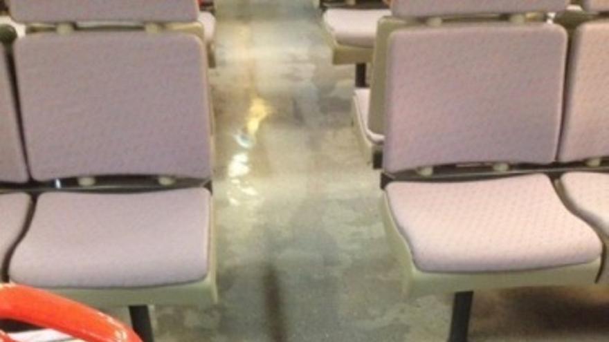 Goteras en los trenes de Cercanías / @AlexMorenoYague
