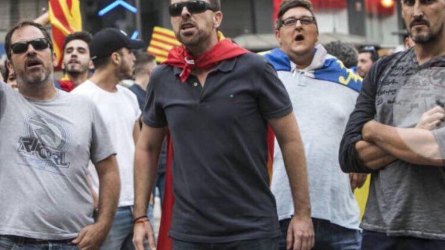 El presidente de la Interagrupción de Fallas, de blanco con una senyera al cuello, en la contramanifestación del 9 d'Octubre.
