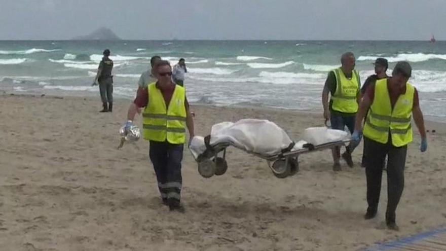 Los servicios de rescate, con los restos del comandante del Ejército del Aire Fernando Marín Núñez, cuyo avión se ha precipitado al agua frente a La Manga del Mar Menor (Murcia).