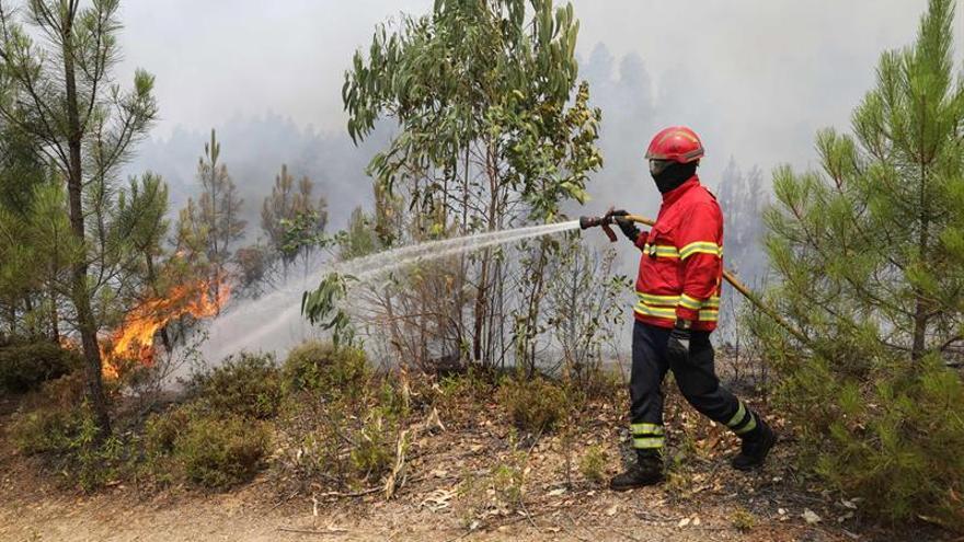 Portugal lucha contra el incendio más complicado del verano