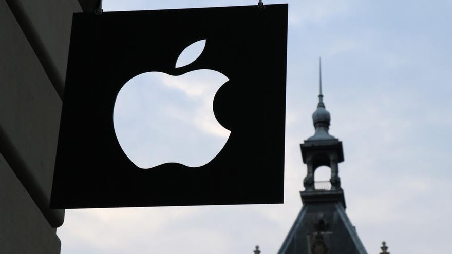 Logo de Apple frente aun edificio.