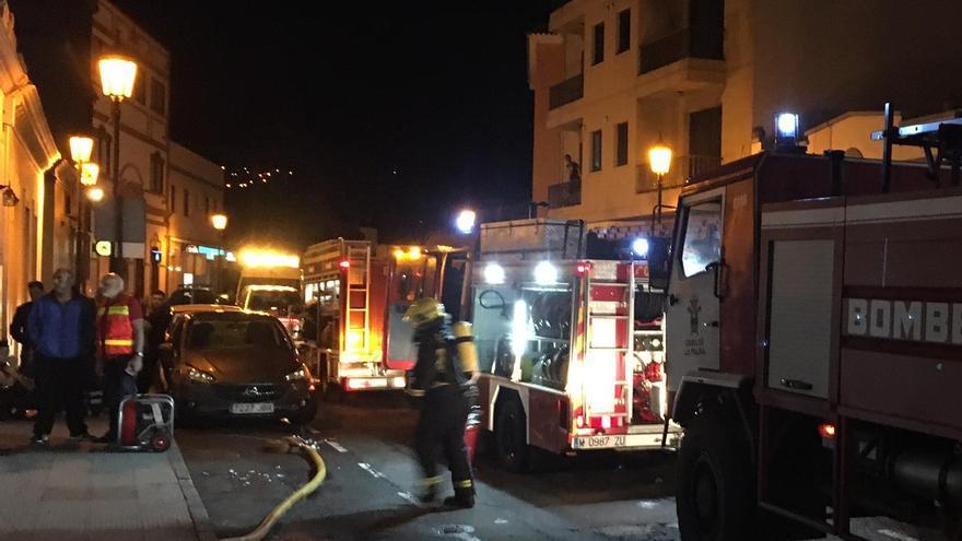 Efectivos de Bomberos La Palma en en la zona donde se registró el incendio en un bar del núcleo urbano de San Pedro (Breña Alta).
