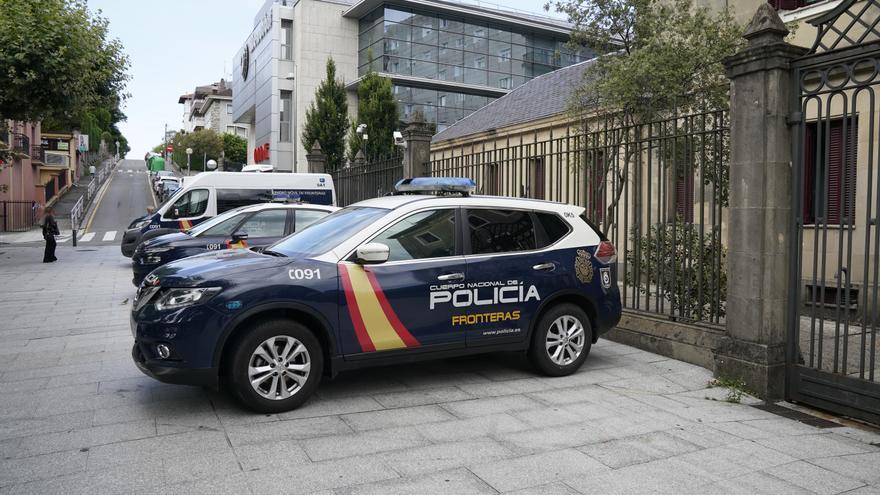 Patrullas de la Policía Nacional en el exterior de la comisaría de Irún