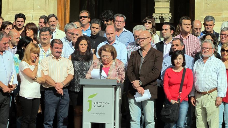Más de un centenar de alcaldes y concejales de la provincia se concentran en la Diputación contra la reforma local