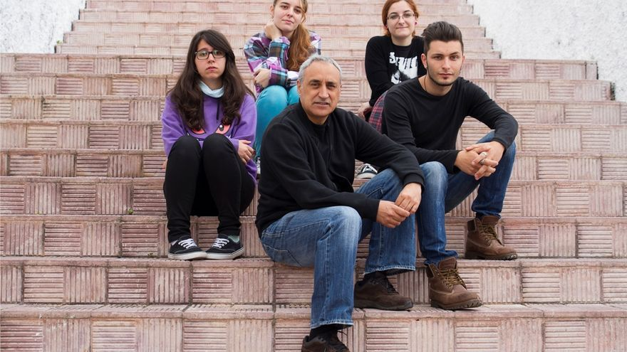 En la imagen, las tres alumnas y el alumno de la Escuela de Arte  'Manolo Blahnik con el profesor Francisco López Pereyra.