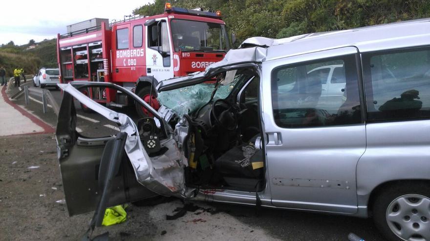 Estado en el que quedó el vehículo tras la colisión. Foto: BOMBEROS LA PALMA