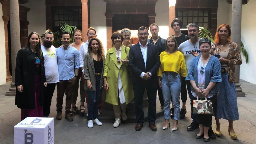Juan Arturo San Gil (c), portavoz de Ciudadanos en el Ayuntamiento de  Santa Cruz de La Palma, con diseñadores y artesanos.