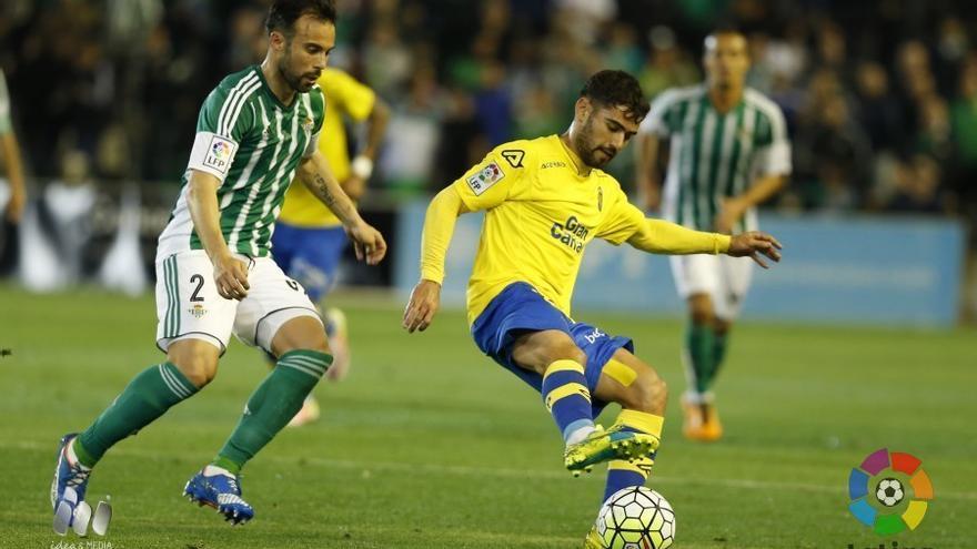 Tana controla un balón durante el cuentro disputado la pasada campaña en el Benito Villamarín.