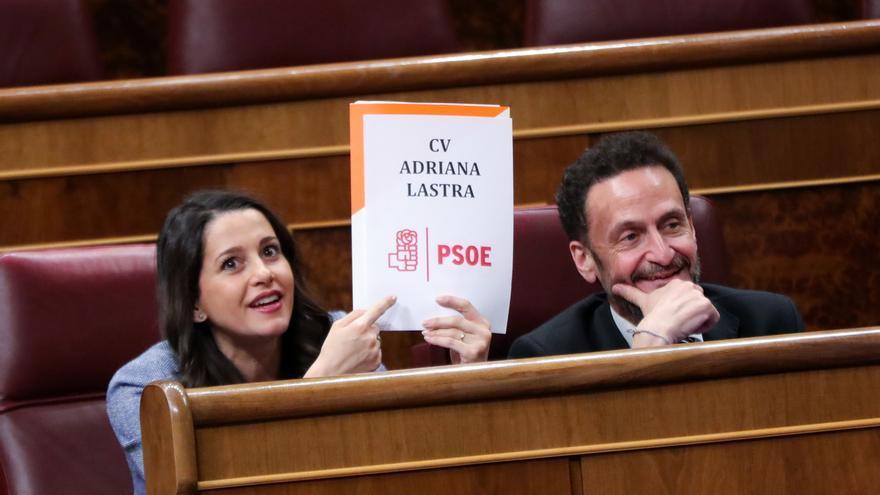 Arrimadas intenta ridiculizar a Adriana Lastra con un cartel cuestionando su currículum