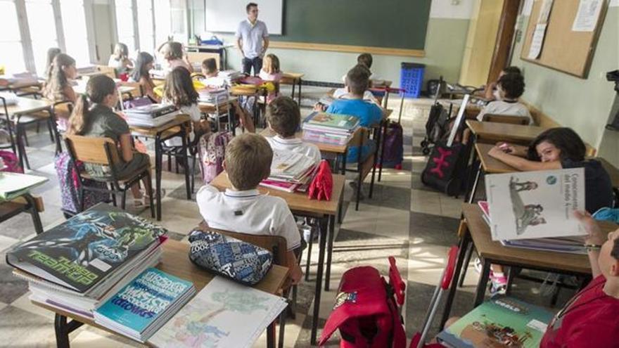 Un profesor imparte clase.