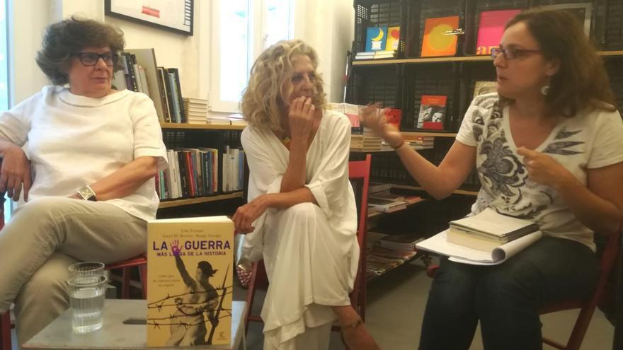Lola y Margo Venegas en la presentación de su libro 'La guerra más larga de la historia'