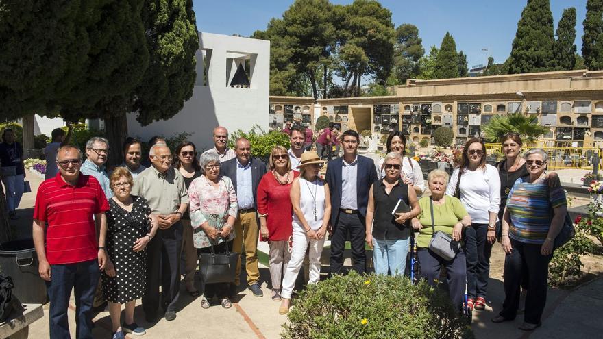 Jorge Rodríguez, junt amb familiars d'afusellats del franquisme, al cementeri de Paterna