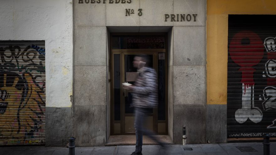 Un chico pasa por delante de la pensión Prinoy, que cerrará sus puertas en abril