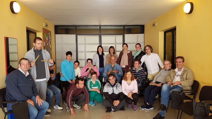 Partipantes en el programa de musicoterapia de Servicios Sociales  con la consejera del Área del Cabildo y técnicos, en el centro ocupacional de Breña Alta. (Foto cedida por el Cabildo)