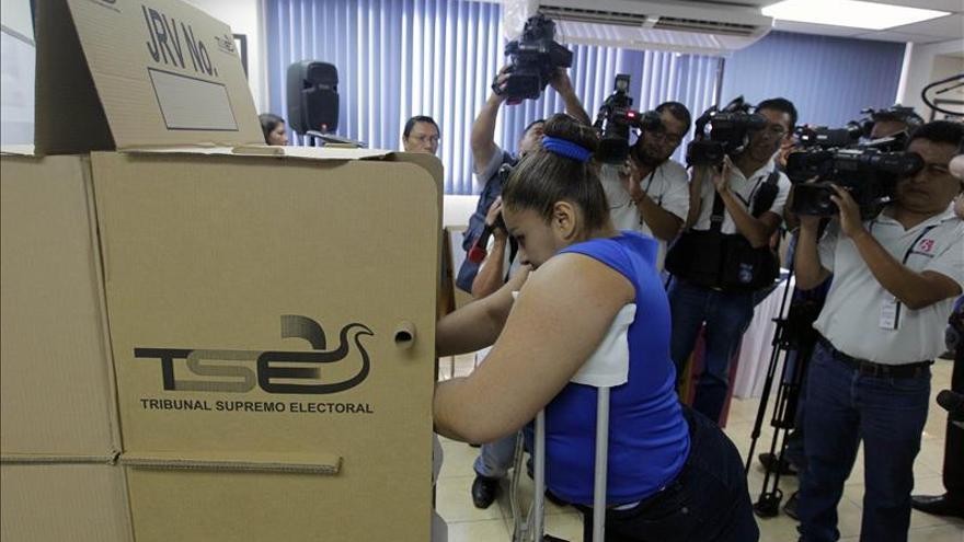 Salvadoreños convocados a elecciones con polémica por la nueva modalidad de voto