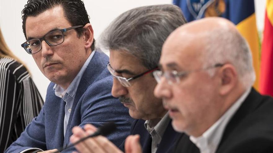 El diputado de Coalición Canaria por Gran Canaria, Pablo Rodríguez. escucha la intervención del presidente del Cabildo de Gran Canaria, Antonio Morales. EFE/Ángel Medina G.
