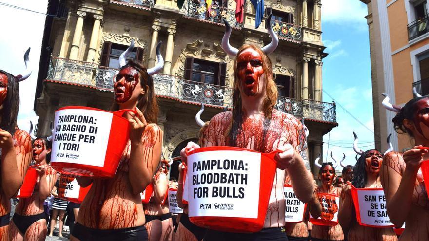 Cientos de activistas se manifiestan contra los encierros en Sanfermines.