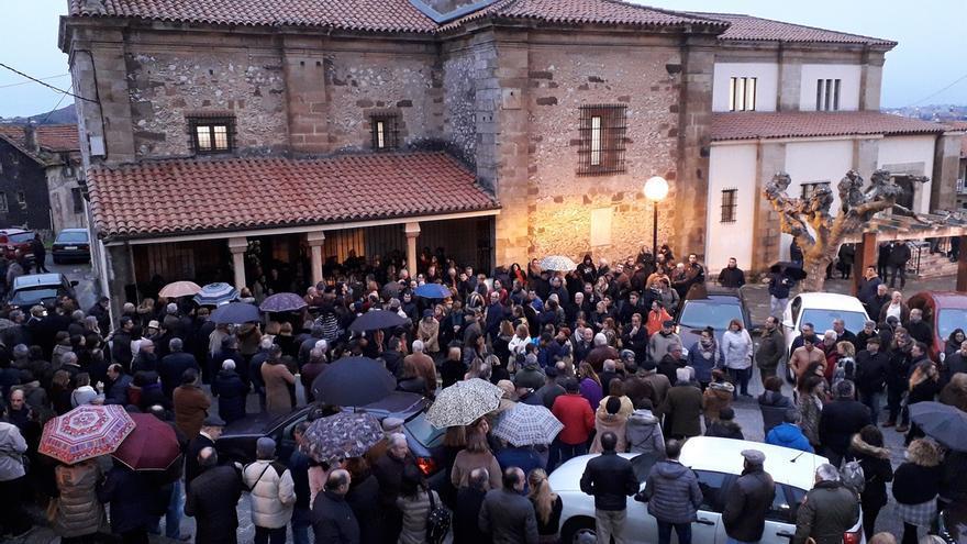 Multitudinario funeral por la joven pareja fallecida en el accidente de Caviedes