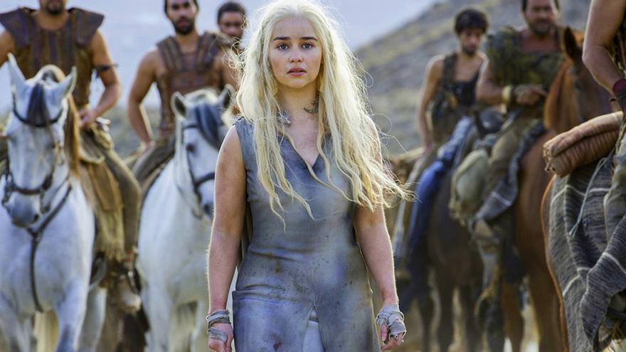 Daenerys y los Dothraki en el primer episodio