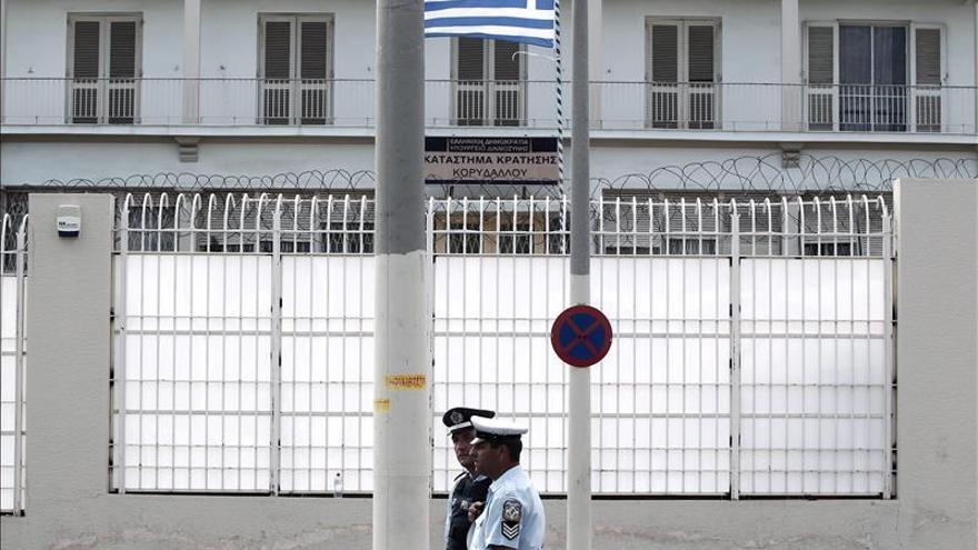 Dos muertos y veintiún heridos en una reyerta en una cárcel de Atenas