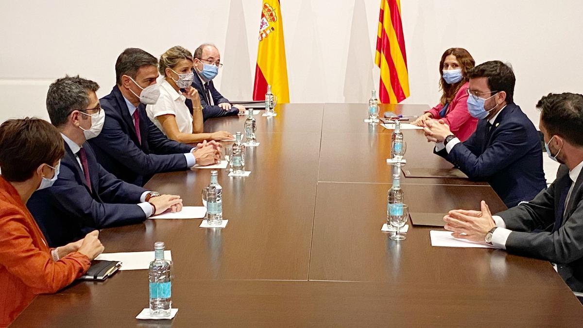 Sánchez y Aragonès han encabezado las delegaciones de Gobierno y Generalitat