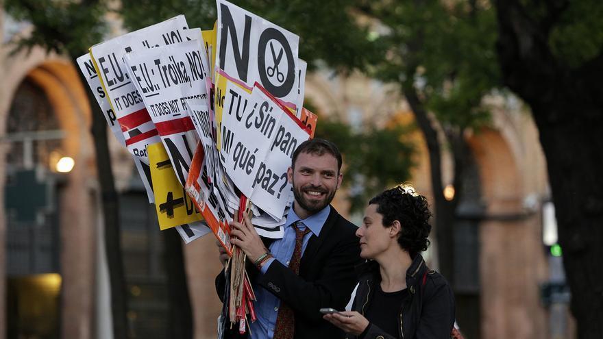Dos asistentes a la manifestación contra la troika, del 1 de junio en Madrid, portan carteles (Olmo Calvo)